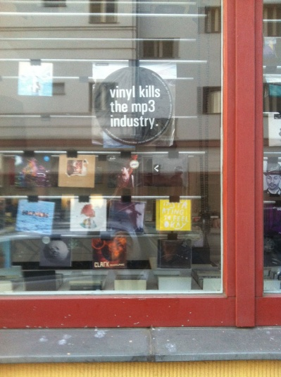 Plattenladen in Berlin: »vinyl kills the mp3 industry« (Foto: Birgit Kohlhaas)